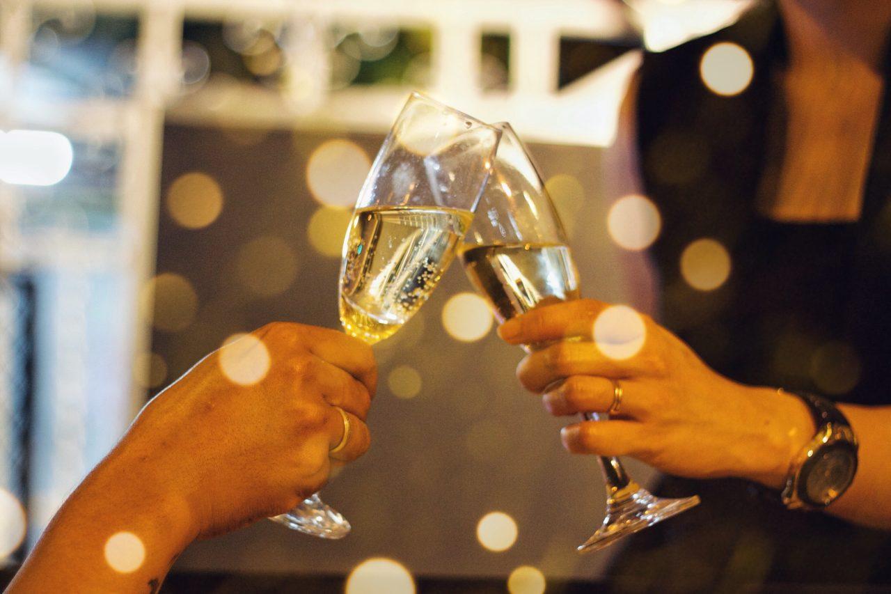 women-drinking-wine-RA93ELF-1280x853.jpg